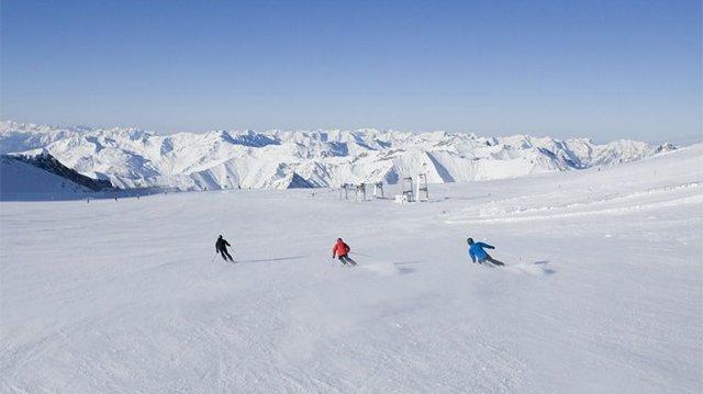 Skifahren mit Panorama am Hintertuxer Gletscher