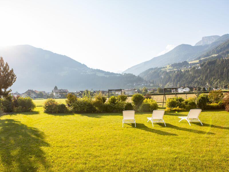 Wellnesshotel Theresa umgeben von Bergwiese