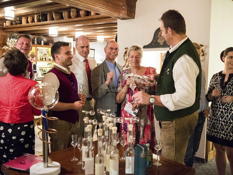 Gäste in Feierstimmung bei der 50 Jahr Feier im Hotel Theresa in Zell am Ziller