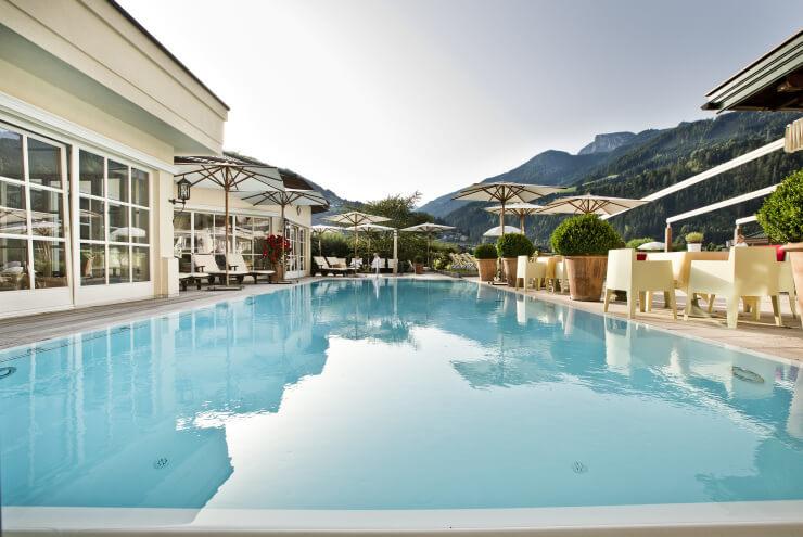 Pool und Sonnenterrasse im Wellnesshotel Theresa