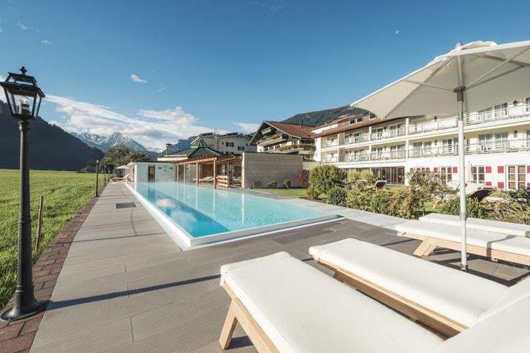 Pool mit Aussicht Bergwelt Zillertal